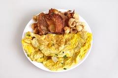 Persil d'omelette, nourriture locale thaïlandaise, avec des poissons de tilapia frits et des poissons blancs d'amorce frits du pl photos stock