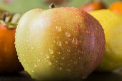 Persimmon και λεμόνι της Apple στον πίνακα Στοκ Φωτογραφίες