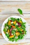 Persimmon, μπλε τυρί, σπανάκι, arugula, φύλλα μαρουλιού και wal Στοκ Φωτογραφία