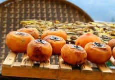 Persimmon ξήρανση στην οδό του κινεζικού χωριού στοκ φωτογραφίες με δικαίωμα ελεύθερης χρήσης