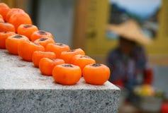 Persimmon ξήρανση στην οδό του κινεζικού χωριού στοκ φωτογραφία