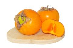 Persimmon φρούτα στο ξύλινο πιάτο στοκ φωτογραφία με δικαίωμα ελεύθερης χρήσης