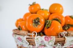 Persimonfrukt i basketen Royaltyfri Bild