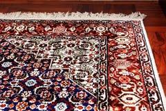 Persische orientalische Wolldecke auf Bretterboden Stockbild