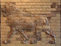 Persisk Achaemenid Lion Bas Relief på göt terrakottategelstenar Arkivfoto