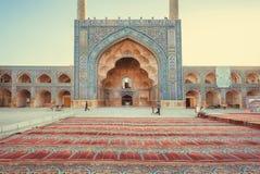 Persiska mattor på ingången av den historiska moskén med konstverk Royaltyfri Foto