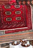 Persiska mattor shoppar in, östliga souvenir Arkivbild