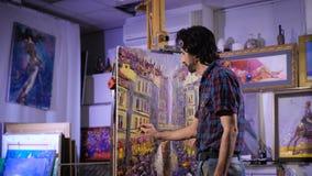 Persista nella creazione di un capolavoro In un'atmosfera accogliente Immagine della pittura dell'artista in officina stock footage