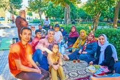 Perska rodzina na pinkinie, Shiraz, Iran zdjęcia royalty free
