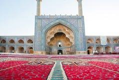 Perski dywan obok dziejowego meczetu z minaretspersian stylem Zdjęcia Stock