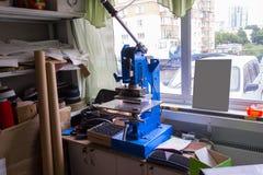 Persmachine in de workshop voor het doen van het in reliëf gemaakt embleem en le royalty-vrije stock foto