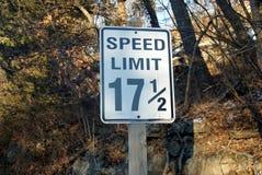Persnickety prędkości ograniczenia znak - 17 1/2 mph Obrazy Royalty Free