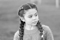 Perso nei pensieri Bambino della ragazza in autunno La piccola ragazza distoglie lo sguardo con il fronte serio Piccolo bambino i immagini stock