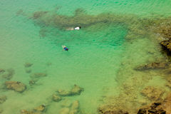2 persoms snorkeling в зеленой морской воде Стоковое Фото