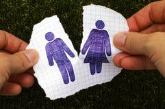 Person übergibt das Zerreißen des Blattes Papier mit Hand gezeichnetem Mann und woma Lizenzfreies Stockbild