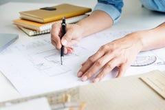 Person& x27; план чертежа руки инженера s на светокопии или деятельность pro Стоковое Изображение RF