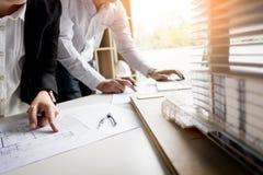 Person& x27; план чертежа руки инженера s на светокопии с architec Стоковые Изображения