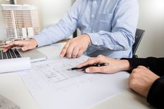 Person& x27; план чертежа руки инженера s на светокопии с architec Стоковые Фотографии RF