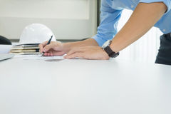 Person& x27; план чертежа руки инженера s на светокопии с архитектором Стоковая Фотография