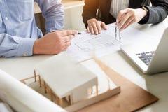 Person& x27; план чертежа руки инженера s на светокопии с architec Стоковые Фото