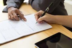 Person& x27; сочинительство ручки шариковой авторучки владением руки s на пустом применении fo Стоковые Фото