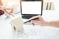 Person& x27特写镜头; s工程师手在方案wi的图画计划 免版税库存照片