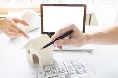 Person& x27特写镜头; s工程师手在方案wi的图画计划 免版税图库摄影