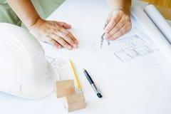 Person& x27特写镜头; s递在方案的图画计划与archit 免版税库存图片