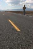 Person auf leerer Straße Stockfoto