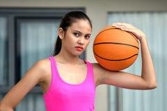 Person With Basketball atletico serio immagine stock libera da diritti