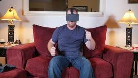 Person benutzt zu Hause Köpfe einer virtuellen Realität herauf Glas-Einheit stock video footage