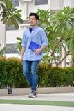 Person With Books Walking hermoso inteligente fotografía de archivo
