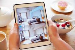 Person At Breakfast With Decorating App en la tableta de Digitaces imagen de archivo