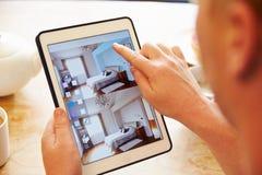 Person At Breakfast With Decorating App en la tableta de Digitaces foto de archivo