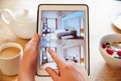 Person At Breakfast With Decorating App en la tableta de Digitaces foto de archivo libre de regalías