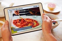 Person At Breakfast Looking At-Rezept-APP auf Digital-Tablet Lizenzfreie Stockfotografie