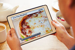 Person At Breakfast Looking At-Rezept-APP auf Digital-Tablet Stockfotos