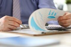 Person Calculate Company de Uitgave van het Financiëninkomen stock afbeeldingen