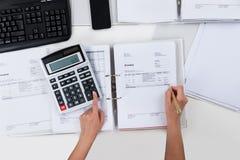 Person Calculating Receipts Foto de archivo libre de regalías