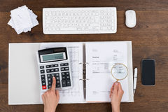 Person Checking Invoice With Magnifying-Glas stock foto