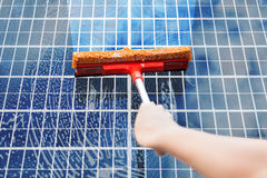 Person Cleaning Solar Panel lizenzfreie stockfotos