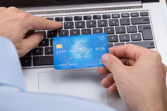 Person With Credit Card Shopping direktanslutet royaltyfri foto