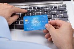 Person With Credit Card Shopping en línea foto de archivo libre de regalías