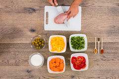 Person Cutting Meat On Chopping-Raad stock foto