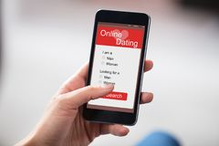 Person Dating Online On Smart-Telefoon stock afbeeldingen