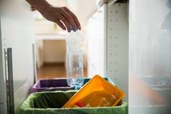 Person in der Hausküche, die Abfall trennt Lizenzfreies Stockbild