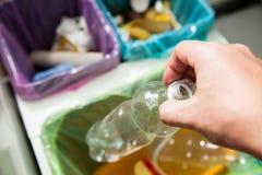 Person in der Hausküche, die Abfall trennt Lizenzfreie Stockfotos