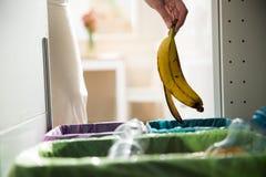 Person in der Hausküche, die Abfall trennt Lizenzfreie Stockfotografie