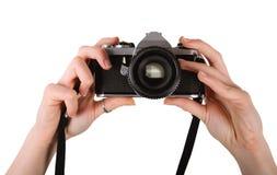 Person, die alte Kamera anhält Lizenzfreie Stockfotografie