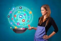 Person, die Anwendungen im Wok kocht lizenzfreie stockbilder